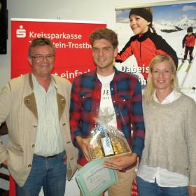 SVC-Vorsitzender Bernhard Kübler und Sportwartin Romy Gros-Angerer ehren Yanik Werner (mitte)
