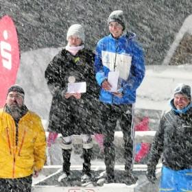 Die Sieger beim ersten Slalom des Sparkassencups in diesem Jahr waren wie beim Riesenslalom Franziska Häusl und Simon Bolz. Es gratulierten bei immer stärker werdendem Schneefall der Abteilungsleiter Ski des WSV Königssee Peter Kaltenhäuser (li.) und Werner Bartholomeus als Sportwart des SV Chiemgau.